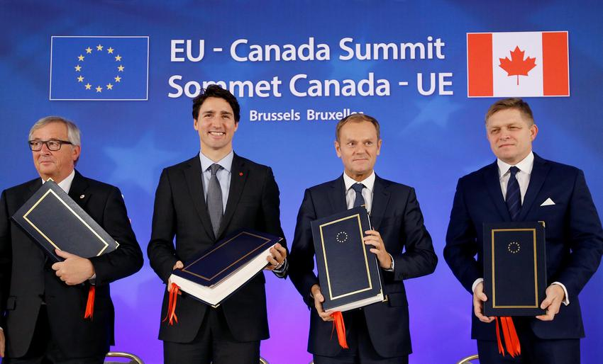 (L-R) European Commission President Jean-Claude Juncker, Canada's Prime Minister Justin Trudeau, European Council President Donald Tusk and Slovakia's Prime Minister Robert Fico attend the signing ceremony of the Comprehensive Economic and Trade Agreement (CETA), at the European Council in Brussels, Belgium, October 30, 2016.  REUTERS/Francois Lenoir TPX IMAGES OF THE DAY