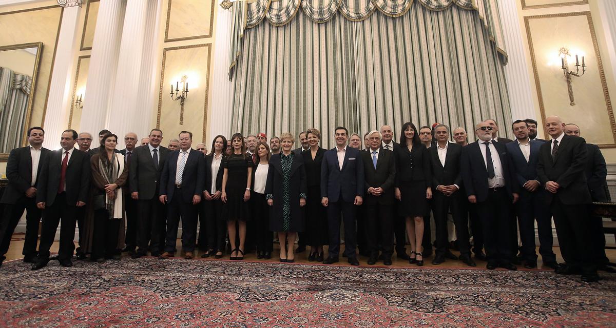 Οικογενειακή φωτογραφία των νέων μελών της Κυβέρνησης μετά την ορκωμοσία τους παρουσία του Πρόεδρου της Δημοκρατίας Προκόπη Παυλόπουλου και του πρωθυπουργού Αλέξη Τσίπρα, στο Προεδρικό Μέγαρο, Σάββατο 05 Νοεμβρίου 2016. Ορκίστηκε λίγο μετά τη 1 το μεσημέρι η νέα κυβέρνηση που προέκυψε από το χθεσινοβραδινό ανασχηματισμό. Το νέο κυβερνητικό σχήμα, περιλαμβάνει 18 υπουργεία και αποτελείται από 49 αξιωματούχους, μαζί με τον πρωθυπουργό. ΑΠΕ-ΜΠΕ/ΑΠΕ-ΜΠΕ/ΣΥΜΕΛΑ ΠΑΝΤΖΑΡΤΖΗ