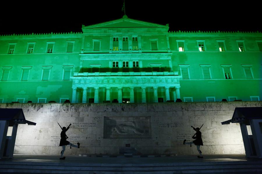 Το κτίριο της Βουλής φωταγωγημένο με πράσινο χρώμα, Αθήνα Παρασκευή 4 Νοεμβρίου 2016. Με αφορμή την έναρξη ισχύος της Συμφωνίας των Παρισίων για το κλίμα, το Ελληνικό Κοινοβούλιο φωταγωγείται με πράσινο χρώμα, σήμερα και αύριο, Παρασκευή και Σάββατο 4 και 5 Νοεμβρίου 2016, κατά τη διάρκεια της νύχτας. Η Ελληνική Βουλή, ανταποκρινόμενη σε πρόταση της Διάσκεψης των Ηνωμένων Εθνών για την Κλιματική Αλλαγή, φωταγωγεί το κτήριό της λόγω του ιδιαίτερου εμβληματικού χαρακτήρα του αλλά και των βιοκλιματικών χαρακτηριστικών του, αναφέρει χαρακτηριστικά η ανακοίνωση και προσθέτει, Η Συμφωνία των Παρισίων, η οποία κυρώθηκε από τη Βουλή των Ελλήνων τον περασμένο Οκτώβριο (5/10/2016), αποτελεί την πρώτη παγκόσμια, νομικά δεσμευτική συμφωνία για το κλίμα, που επιτεύχθηκε στη Διάσκεψη του Παρισιού στις 12 Δεκεμβρίου 2015, στο πλαίσιο του Οργανισμού Ηνωμένων Εθνών. ΑΠΕ-ΜΠΕ/ΑΠΕ-ΜΠΕ/ΓΙΑΝΝΗΣ ΚΟΛΕΣΙΔΗΣ